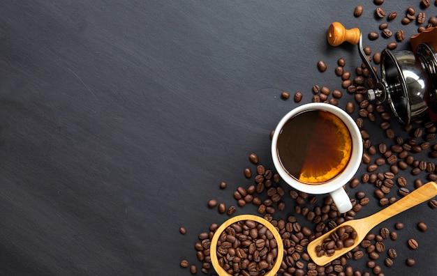 Lay piatto di tazza di caffè caldo e chicco di caffè