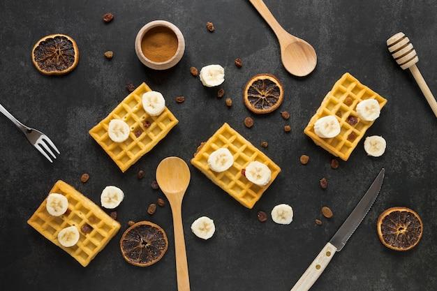 Lay piatto di waffle con agrumi secchi e banana