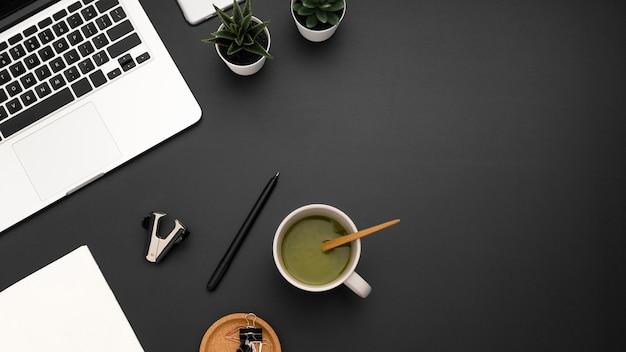 Lay piatto di workstation con una tazza di tè e copia spazio