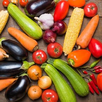 Layout con diverse verdure sul vecchio tavolo di legno.