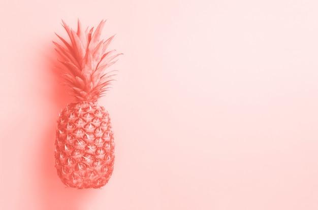 Layout creativo. ananas d'oro su sfondo grigio con spazio di copia. vista dall'alto. piatto tropicale. concetto di cibo esotico, tendenza pazza