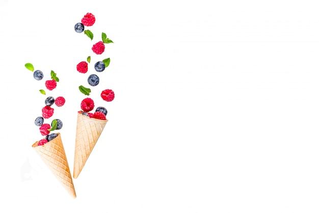 Layout creativo con frutti di bosco, mirtillo lampone con cono gelato