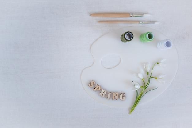 Layout creativo realizzato con fiori di bucaneve