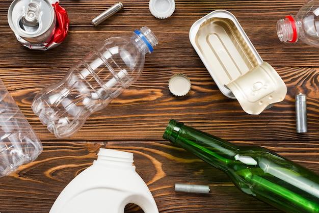 Layout del set di riciclaggio della spazzatura ordinamento sul tavolo