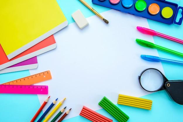 Layout delle materie scolastiche con un pezzo di carta, sfondo vista dall'alto