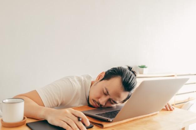 Lazy man sta lavorando nel suo appartamento
