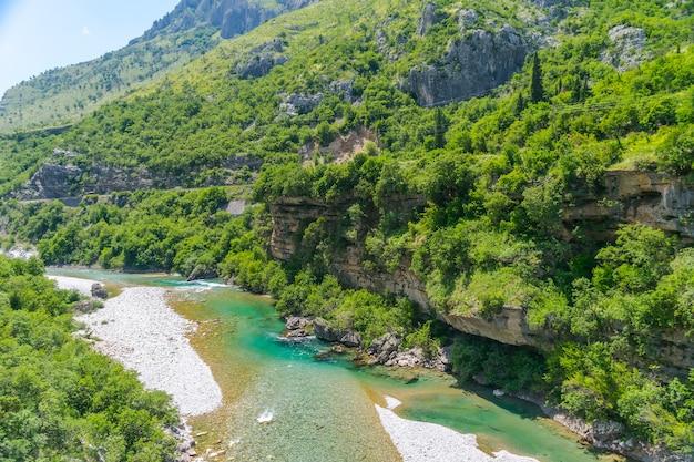 Le acque più pure del colore turchese del fiume moraca che scorre tra i canyon.