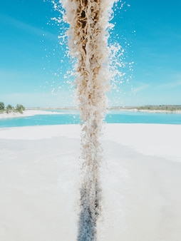 Le acque reflue delle fognature inquinano il lago. acqua sporca scaricata nel fiume blu. inquinamento delle acque, industriale non trattare l'acqua prima dello scarico. concetto di inquinamento ambientale, sicurezza ecologica, pianeta sicuro