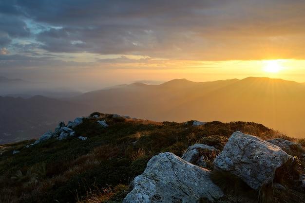 Le alpi in autunno, tramonto dalla cima di cime e creste rocciose