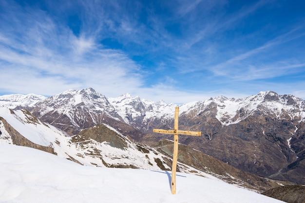 Le alpi in inverno, giornata di sole, stazione sciistica sulla neve vista mozzafiato dall'alto