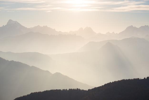 Le alpi in morbida retroilluminazione. tonica catena montuosa del massif des ecrins national park, francia.