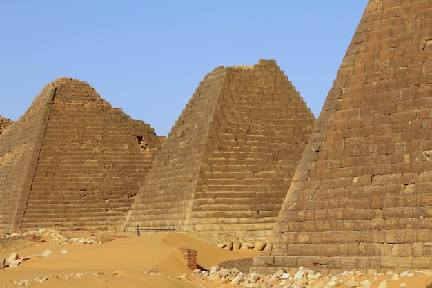 Le antiche piramidi di meroe nel deserto del sahara, in sudan