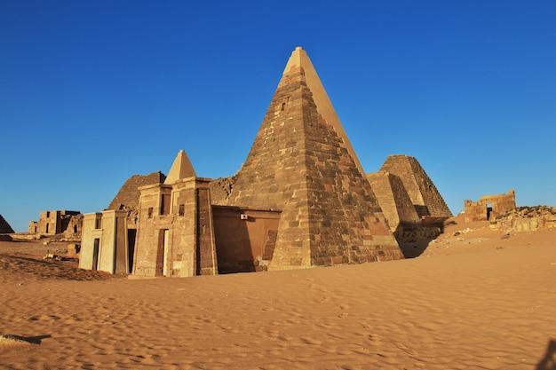 Le antiche piramidi di meroe nel deserto del sudan