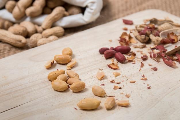 Le arachidi si spaccarono e si aprirono
