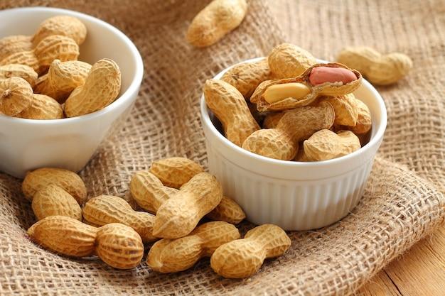 Le arachidi sono cibi crudi per merenda.