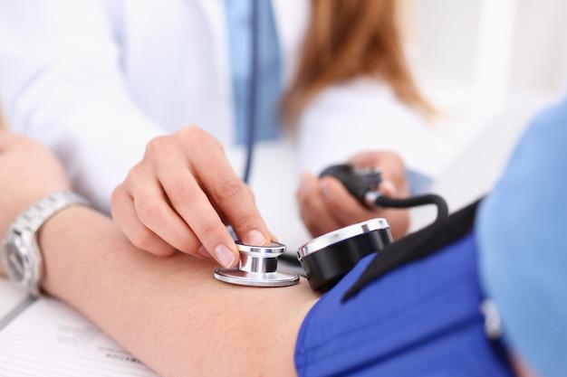 Le armi femminili di medico fanno il primo piano di procedura dell'erba medica
