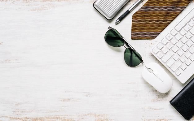 Le attrezzature casuali degli uomini di affari su fondo di legno bianco arrugginito del bordo, disposizione piana, vista superiore con lo spazio della copia per il vostro testo o oggetto della pubblicità.
