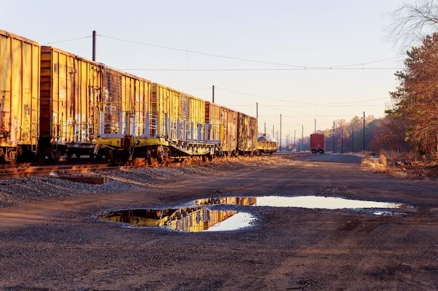Le automobili ferroviarie stanno sulla stazione del carico in usa