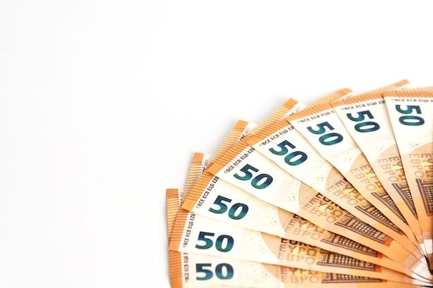 Le banconote in euro in denaro contante si sono diffuse come composizione di cornici in banconote da 50 euro. concetto di contanti di finanza aziendale.