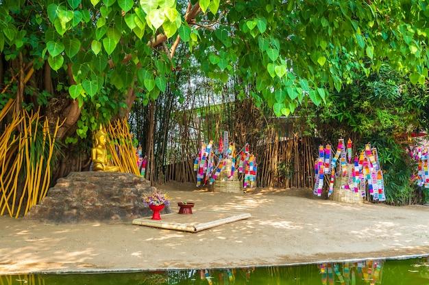 Le bandierine di preghiera tung appendono con l'ombrello o la caduta tradizionale nordica della bandiera sulla pagoda della sabbia