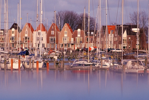 Le barche a vela che attraccano al porto del porticciolo in villaggio singolare