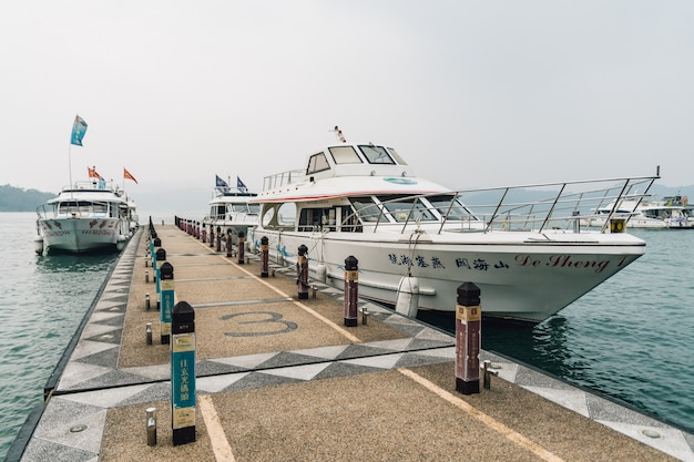 Le barche da viaggio fermano al molo di shuishe e galleggiano