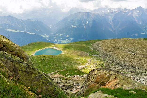 Le belle alpi idilliache abbelliscono con il lago e le montagne di estate, svizzera