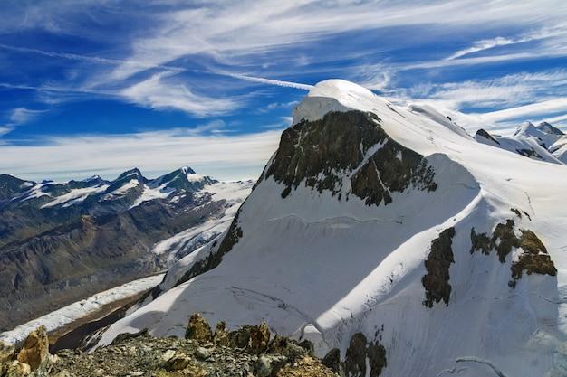 Le belle alpi idilliache abbelliscono con le montagne di estate, svizzera