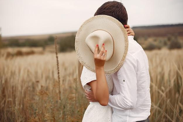 Le belle coppie passano il tempo su un campo di autunno