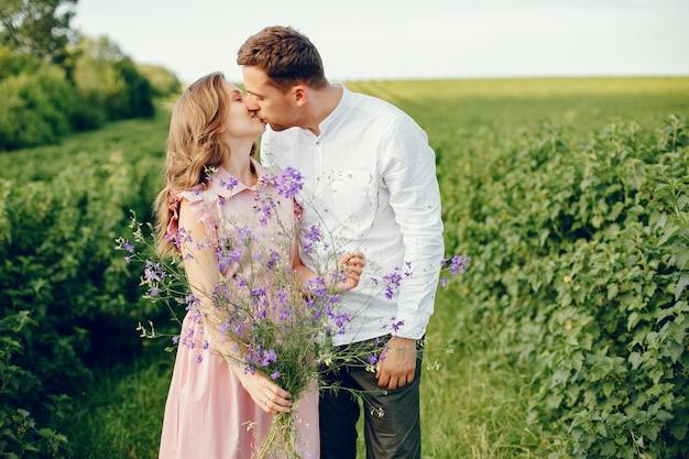Le belle coppie passano il tempo su un campo