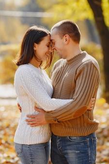 Le belle coppie trascorrono il tempo su un parco di autunno