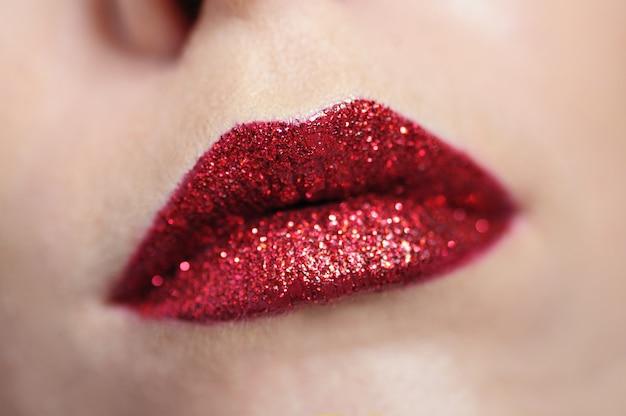 Le belle labbra rosse della donna compongono