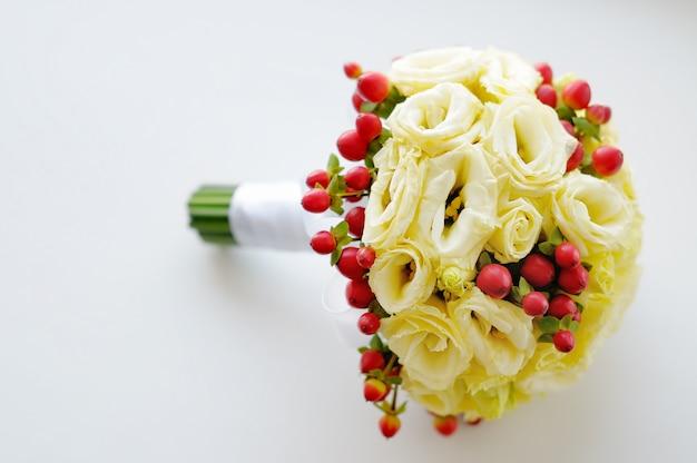 Le belle nozze fioriscono il mazzo su bianco