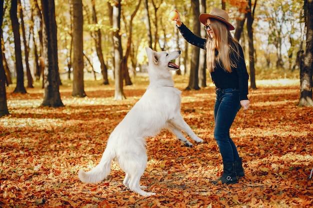 Le belle ragazze si divertono in un parco in autunno