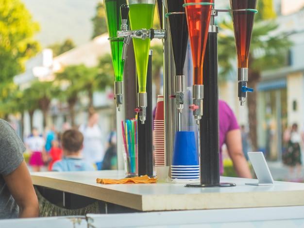 Le bevande del rubinetto della barra dell'aria aperta di estate nella festa della via della città
