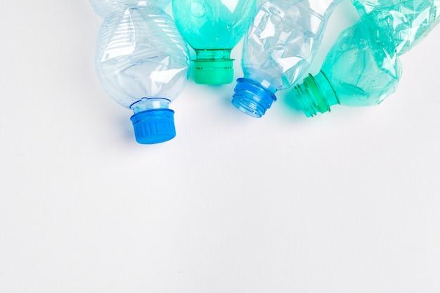 Le bottiglie di plastica colorate vuote sono rifiuti riciclabili
