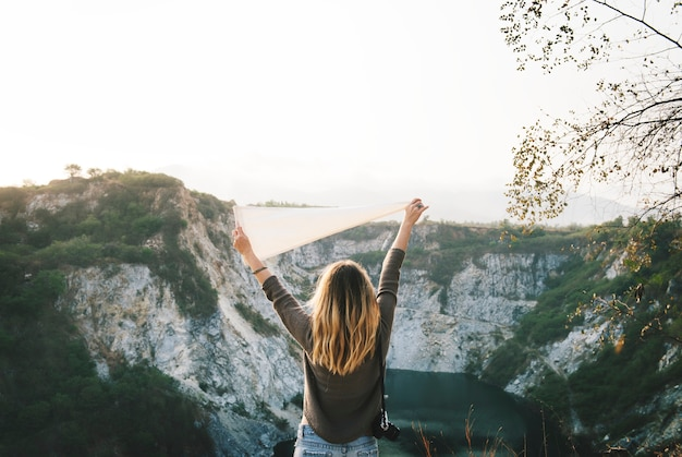 Le braccia della donna si sono alzate e tenendo la bandiera sulla montagna