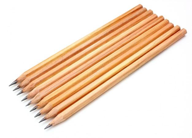 Le bugie della matita a terra gialla sono isolate su uno sfondo bianco come la neve