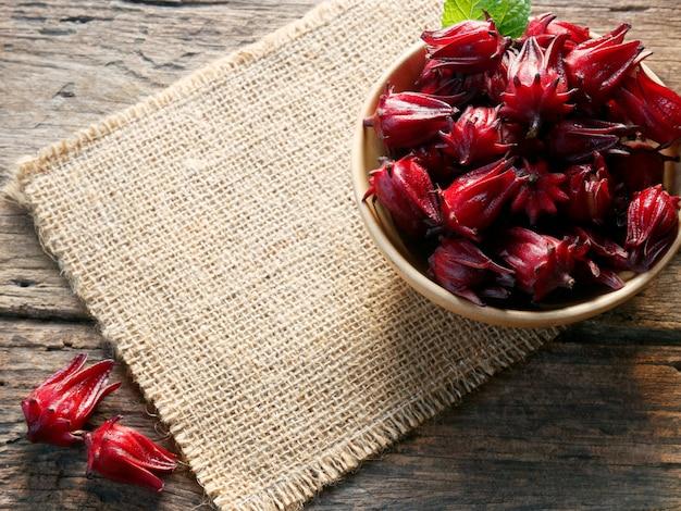 Le buone proprietà di roselle riducono la pressione sanguigna, nutrono il cuore