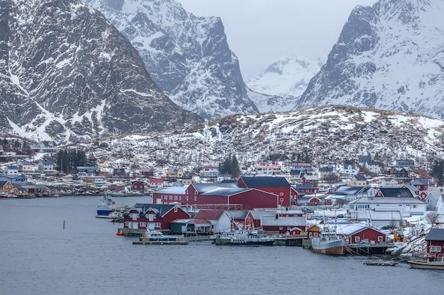 Le cabine dei pescatori sulle lofoten all'alba in inverno