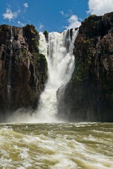 Le cascate di iguazu viste dal fiume parana