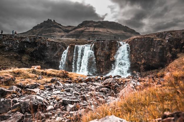 Le cascate di kirkjufell dal basso. islanda