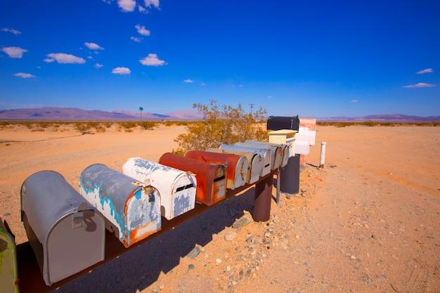 Le cassette della posta di lerciume nel deserto del mohave della california usa