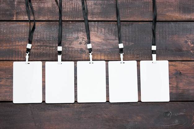 Le cinque carte badge con corde sul tavolo di legno