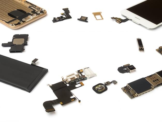 Le componenti dello smart phone isolano su fondo bianco