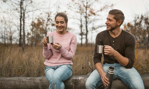 Le coppie allegre hanno picnic in natura