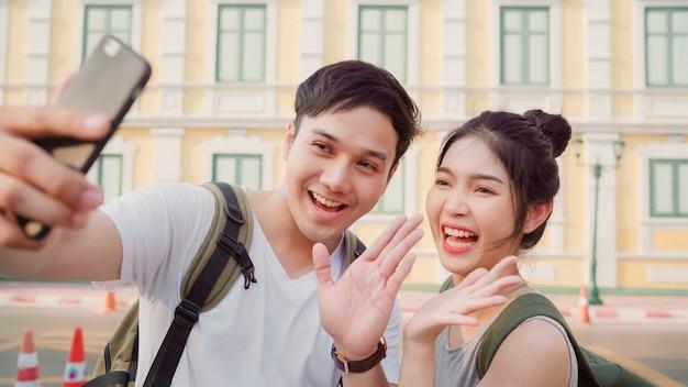 Le coppie asiatiche di blogger viaggiano a bangkok, tailandia