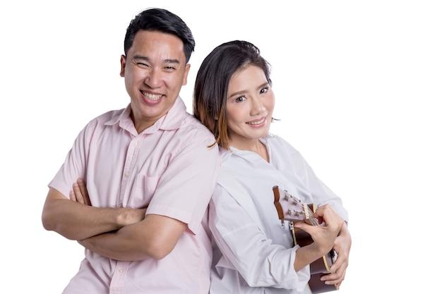 Le coppie asiatiche dolci con la famiglia di felicità e si rilassano il ritratto sostituto su fondo bianco