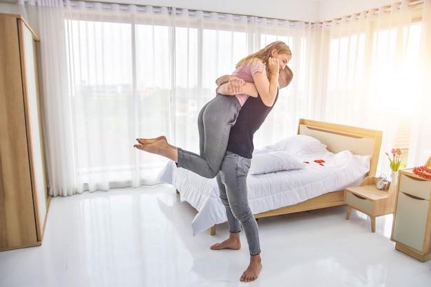 Le coppie di amore vivono nella felicità della camera da letto nel concetto di san valentino di amore