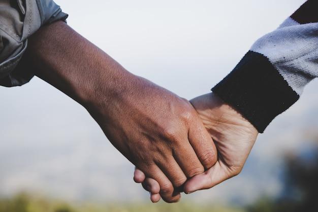 Le coppie di san valentino camminano mano nella mano, promettendo di prendersi cura l'una dell'altra con amore